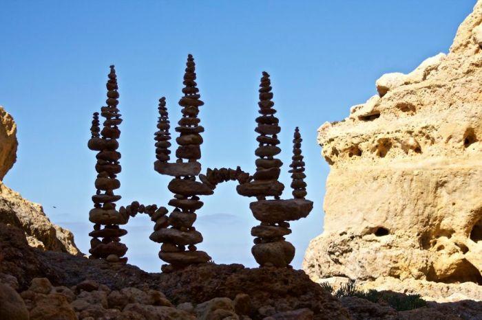 Изящные башни из камней, найденных художником на местном пляже.
