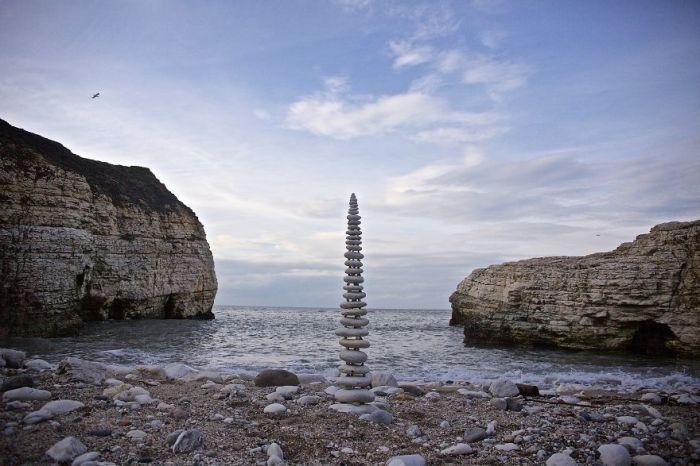 Башня из балансирующих камней стала великолепным и загадочным дополнением пейзажа.