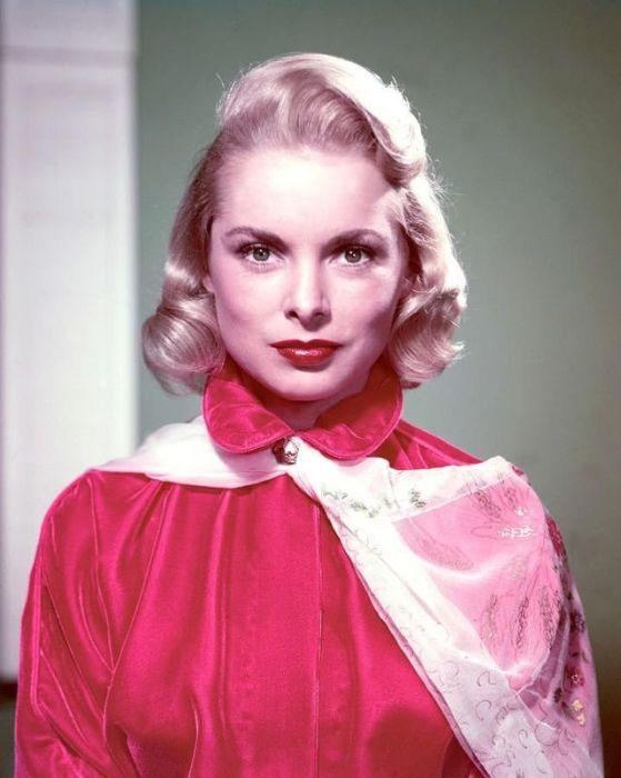 Задумчивая, серьёзная девушка в красном.