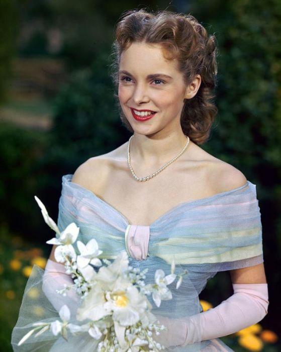 Нежно-голубое платье в сочетании с чудесным белым букетом.