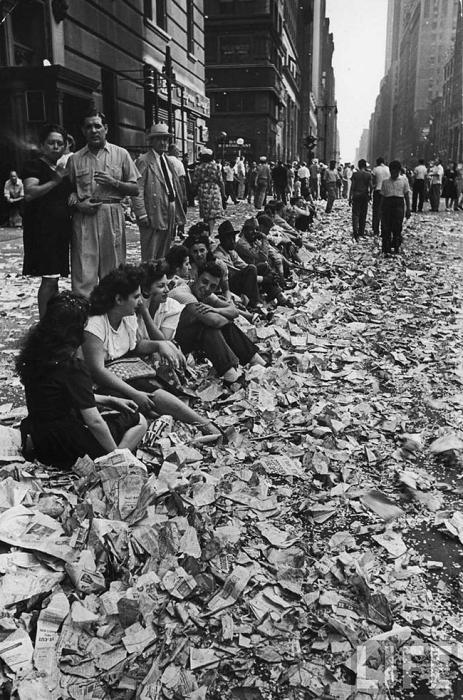 Толпа на площади Таймс Сквер в Нью-Йорке встречает новость о капитуляции Японии, 14 августа 1945 года.