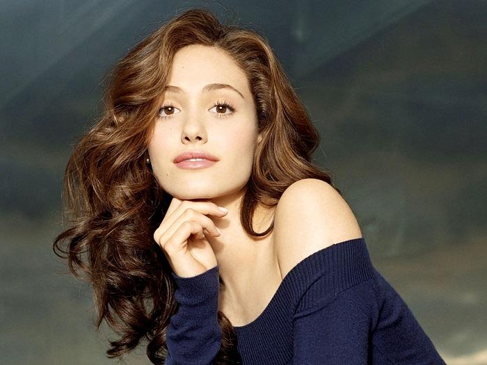 Эмми американская актриса, еврейского происхождения по линии матери. Сниматься начала в 1997 году, настоящее признание к ней пришло после фильма Таинственная река 2003 год.