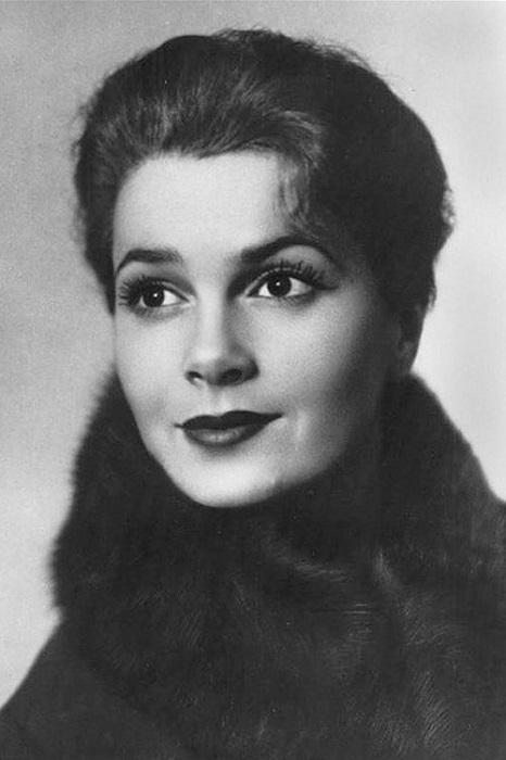 Самая красивая женщина ушедшего столетия Элина Авраамовна родилась в семье евреев, отец - военный врач-инфекционнист, мать - больничный повар.