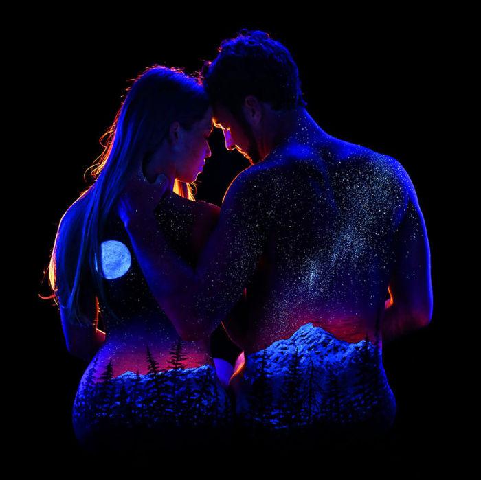 Таинственная красота ночного звёздного неба на супружеской паре.