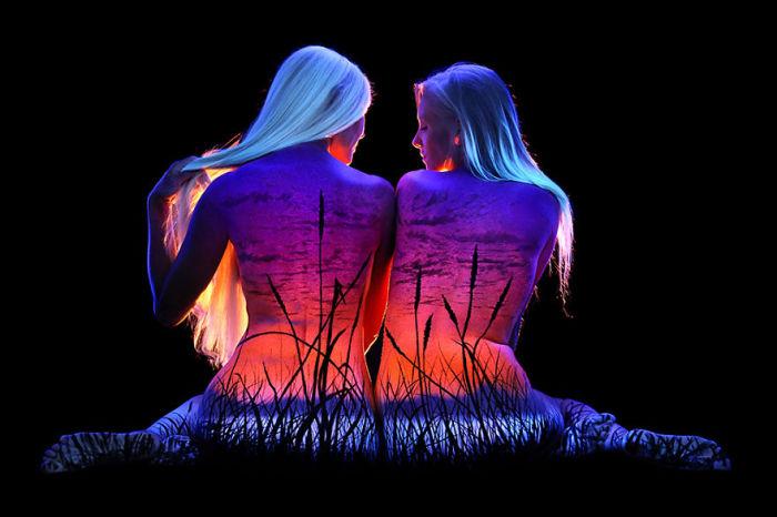 Флуоресцентный боди-арт, подчёркивающий красоту человеческого тела и природных ландшафтов.