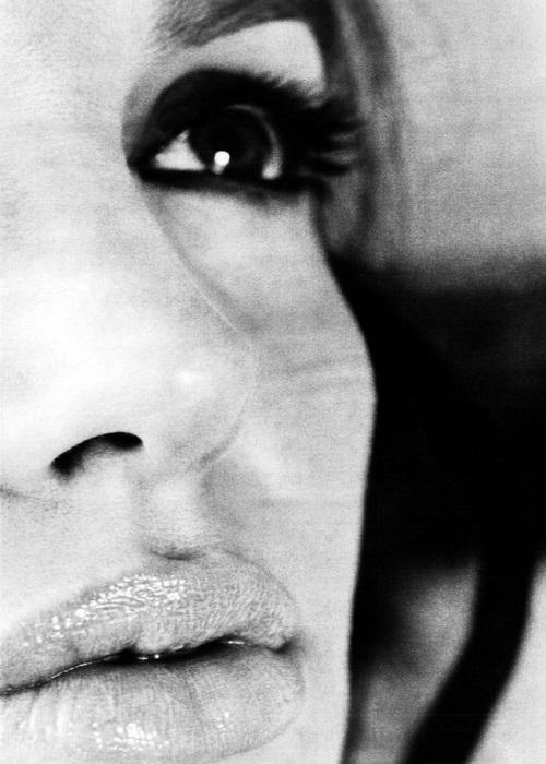 Сексуальный взгляд Анджелины Джоли.