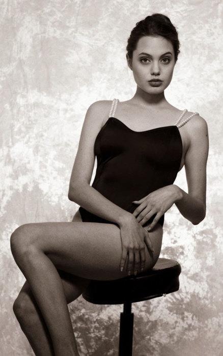 Глаза Джоли никогда не меняются.
