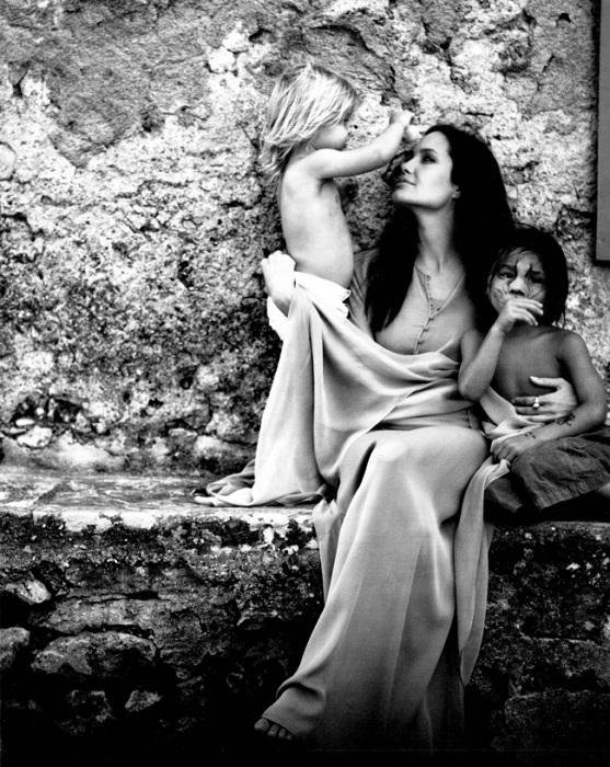 Любящая многодетная мать играет с детьми.