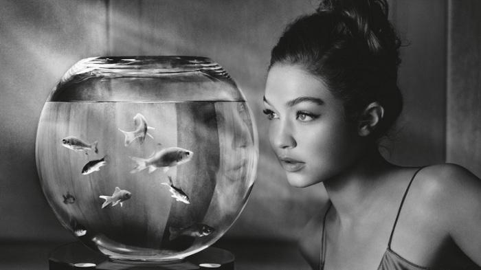 Персонаж, в которого на минималистичных снимках перевоплотилась Хадид, точно передает настроение женщины, размышляющей о своем будущем.