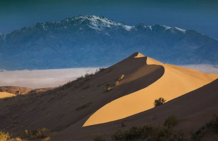 В 100 километрах севернее Заилийского Алатау расположено уникальное скопление песка высотой около 90 метров и протяженностью в несколько километров. Во время сильного ветра песчинки, перемещаясь и электризуясь, создают звук, похожий на гул.
