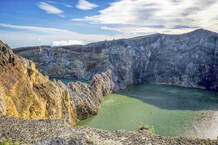 Трехцветные озера в кратере вулкана Келимуту.