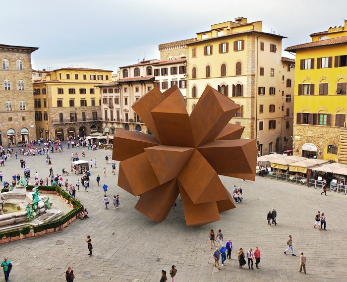 Молодого скульптора привлекла мысль о том, что в вириальном пространстве можно с легкостью работать с формами любого размера.