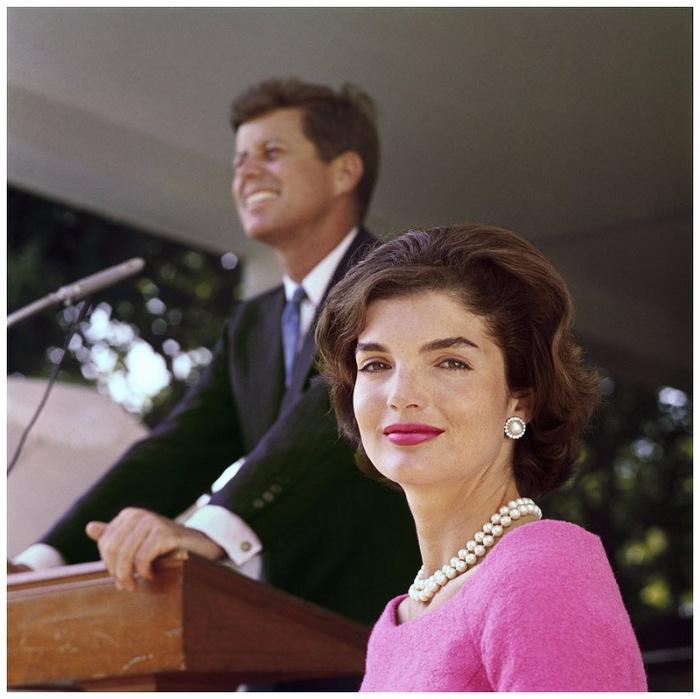 Жаклин Кеннеди (Jacqueline Kennedy) позирует фотографу во время выступления мужа в Порт Гианнис.