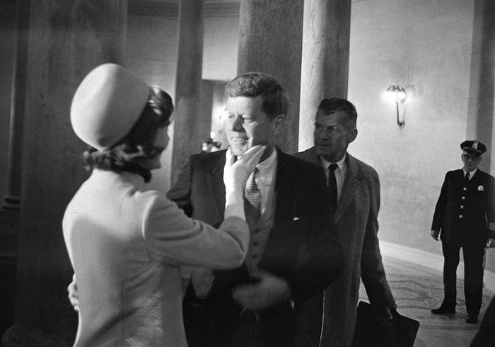 Жаклин Кеннеди сердечно поздравляет мужа с долгожданной инаугурацией.
