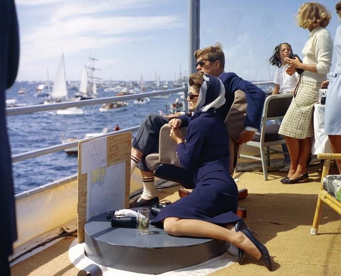 Джон Ф. Кеннеди с женой наблюдают с борта корабля за стартом знаменитой американской регаты.