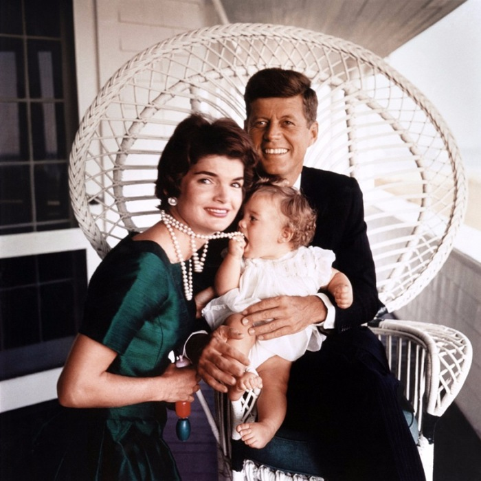 Семья будущего президента США позирует фотографу Жаку Лоу в отцовском доме, расположенном в Гианнис Порте