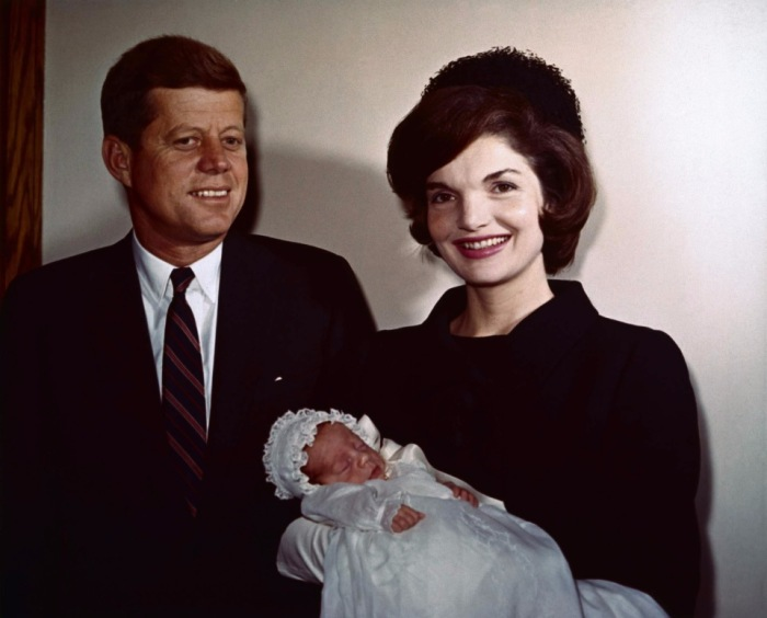 Супруги Кеннеди с сыном Джоном, который родился через месяц после президентских выборов.