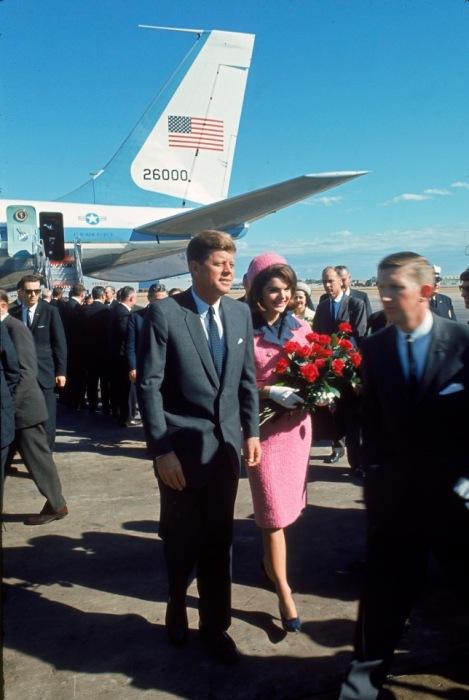 Прибытие Джона Ф. Кеннеди с супругой в аэропорт Лав-Филд в день убийства.