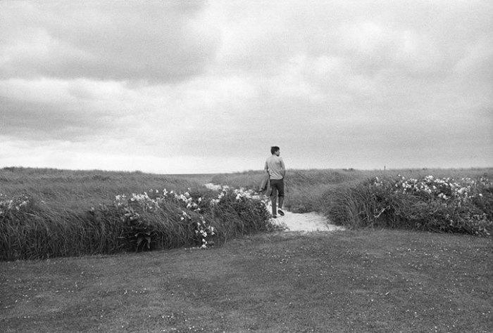 Джон Ф. Кеннеди прогуливается в прибрежном районе Гианнис Порта.