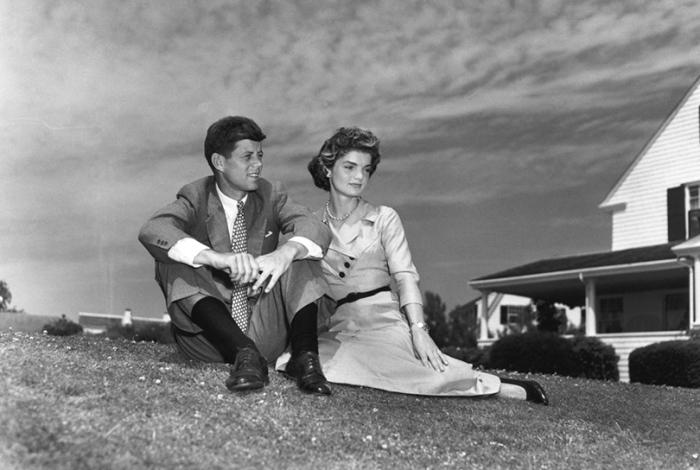 Джон Ф. Кеннеди и Жаклин Бувье на лужайке у дома в Гианнис Порте (штат Массачусетс).