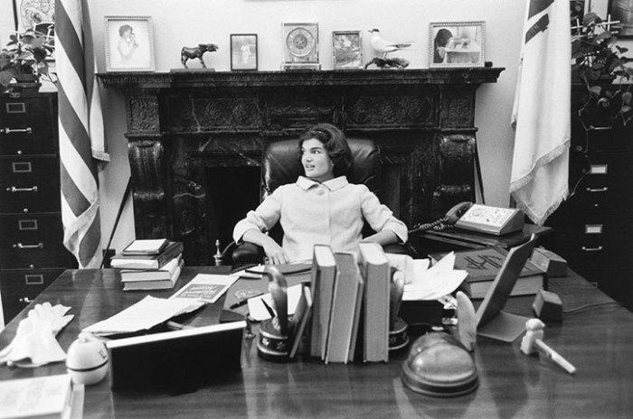 Жаклин Кеннеди за рабочим столом мужа в Вашингтоне (округ Колумбия).