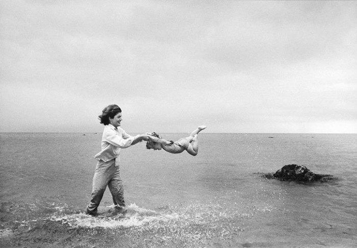 Джеки Кеннеди играет с дочкой Кэролайн в Гианнис Порте, где семья проводила летние месяцы.