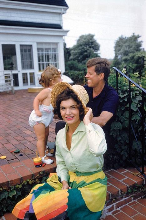 Жаклин и Джон Ф. Кеннеди со своей дочкой Кэролайн во время летнего отдыха в Гианнис Порте.