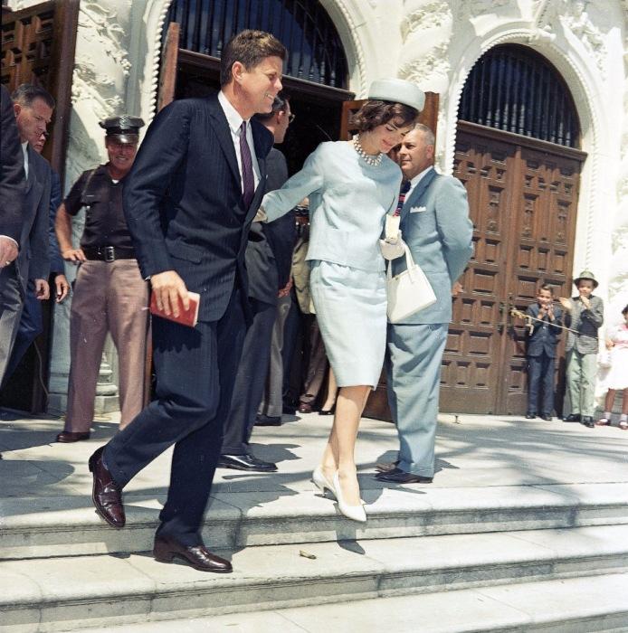 Президент Джон Ф. Кеннеди с женой Жаклин после воскресной службы в католической церкви Святого Эдвардса.