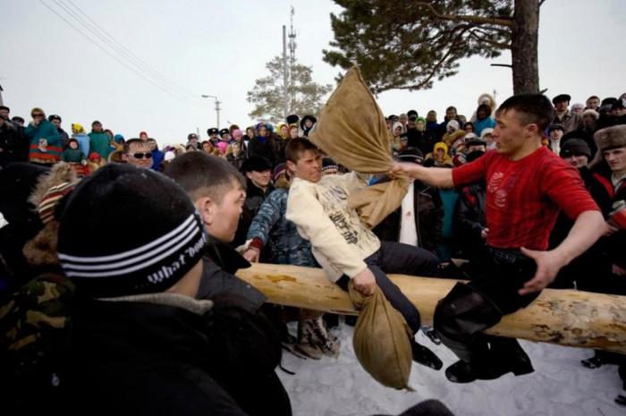 Традиционные соревнования во время ежегодного празднования «Дня охотника и рыболова» включают в себя популярную борьбу на бревне.