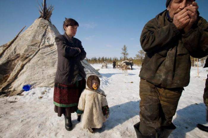 Бурное развитие добычи нефти в Ханты-Мансийском автономном округе угрожает разрушить традиционный жизненный уклад этой ненецкой семьи.