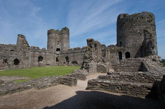 Замок был построен в устье реки Гвендраэт епископом Солсбери, юстициарием Англии Роджером в 1106 году, для охраны дороги на запад Уэльса.