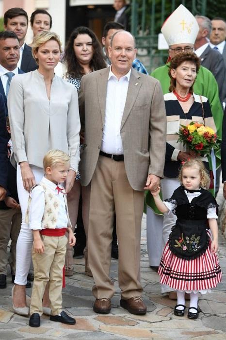 Князь Альберт и его супруга прекрасно справляются с родительскими обязанностями, они любят детей и очень ласковый с ними. /Фото:emarfa.ru