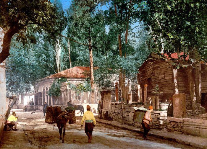 В предместье Скутари или Ускюдар, второе название района, проживает огромное количество людей.
