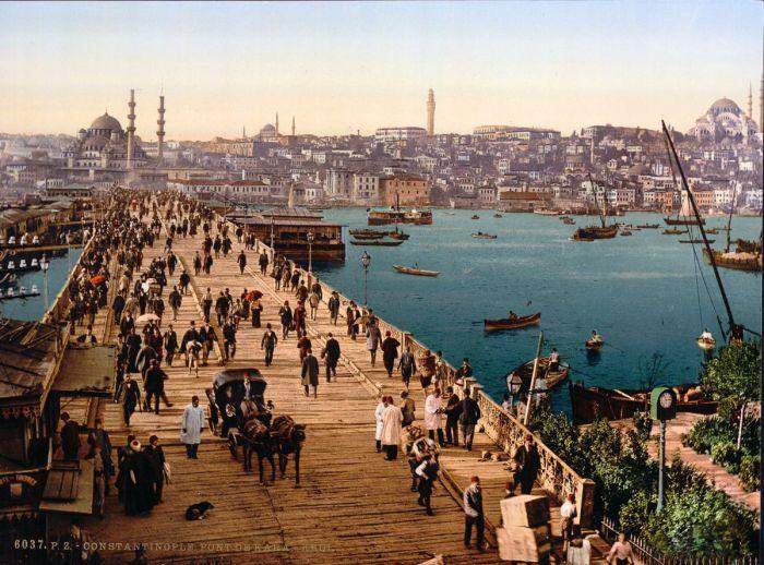Мост Валиде, как он раньше назывался,пережил 5 реконструкций начиная с 1453 года.