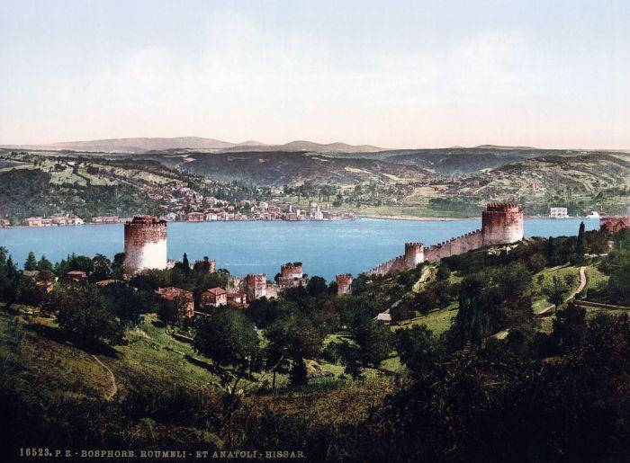 Румельская крепость (Румелихисар) и Анатолийская крепость (Анадолухисары) расположены на берегу Босфора в самом узком месте пролива.