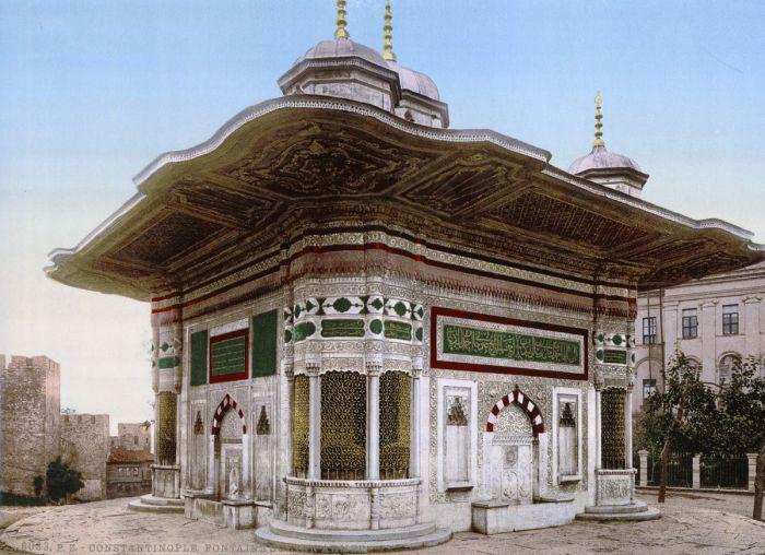Фонтан строился с целью напоить путешественников, которые плыли Босфором.