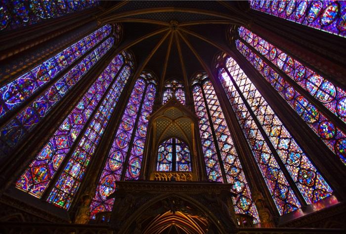 Капелла Сент-Шапель весьма знаменита своими уникальными яркими витражами, изумительно переливающимися в солнечных лучах и являются символом Небесного Иерусалима.
