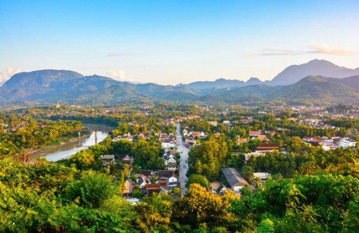 Город является древней столицей Лаоса, находится на севере страны на высоте 700 м. над уровнем моря.