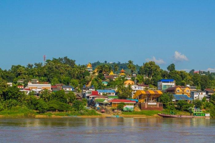 Провинция Бокеу в Северном Лаосе на реке Меконг, знаменита джунглями и горными племенами.