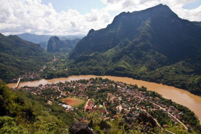 Небольшой населенный пункт, расположенный на живописном берегу реки Нан Оу в 140 километрах севернее города Луангпрабанга.