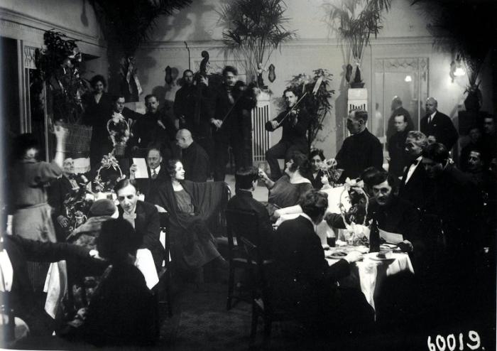 Банкетный зал ночного ресторана гостиницы «Европейская» на Михайловской улице.
