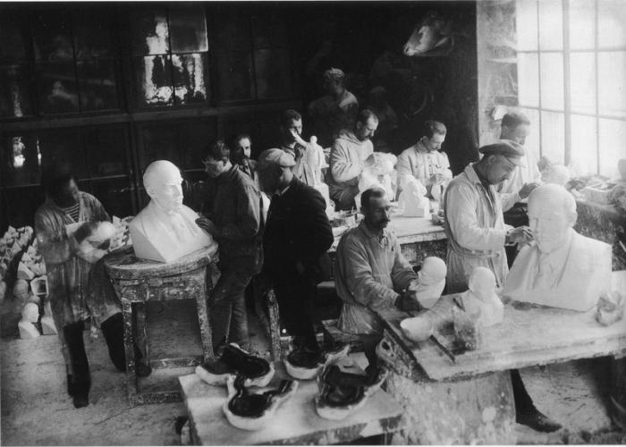 Изготовление бюстов Ленина в формовочной мастерской Академии художеств в 1924 году.