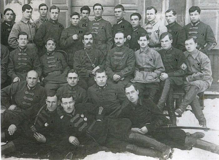 Портретный снимок офицеров и курсантов высшей офицерской кавалерийской школы.
