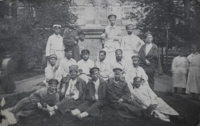 Портретная фотография на фоне остатков памятника Николаю I.