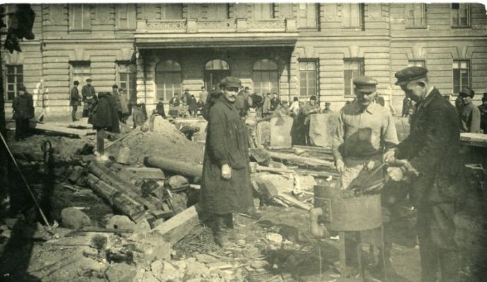 Один из первых послереволюционных городских памятников.