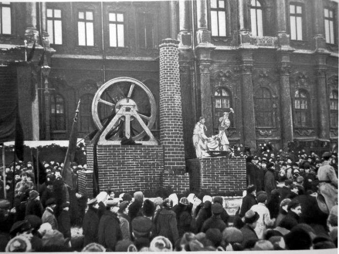 Агитационное представление на площади Урицкого.