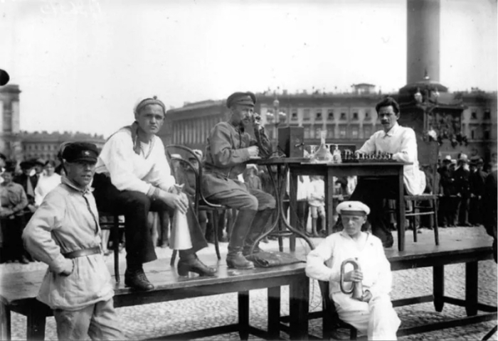 Игра в шахматы на площади Урицкого.