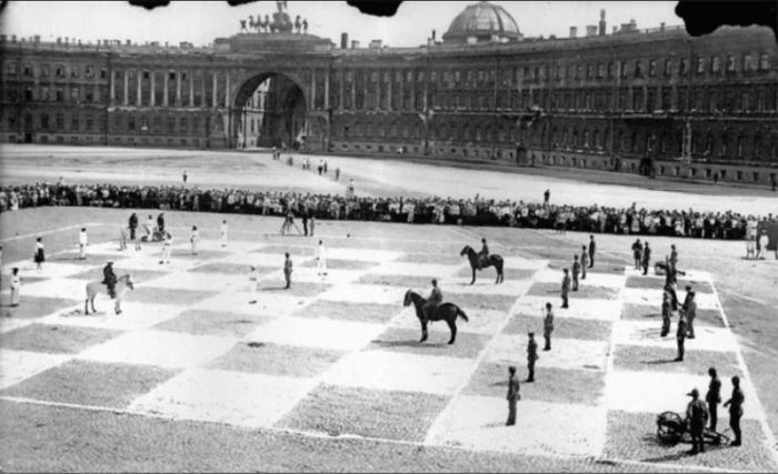 Театрализованное представление шахматной партии.