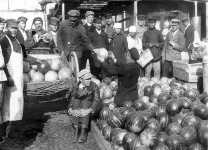 Торговля арбузами и дынями в центре города.