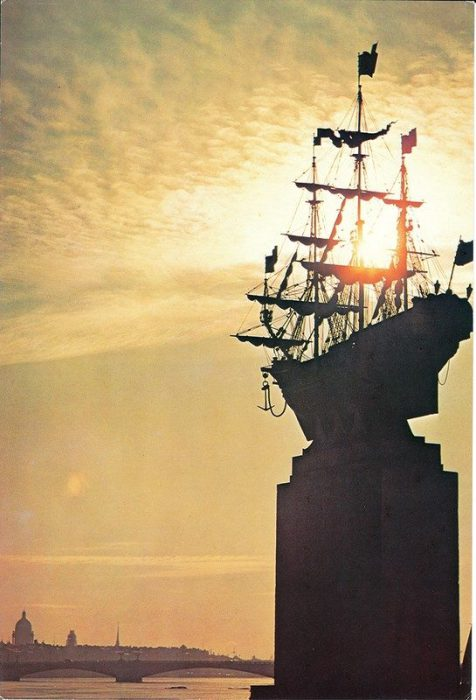 Декоративная композиция с изображением фрегата петровского времени.